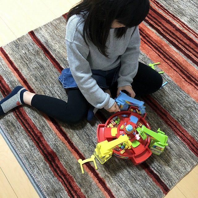 アートギャッベをリビングで子供とおもちゃで遊びました