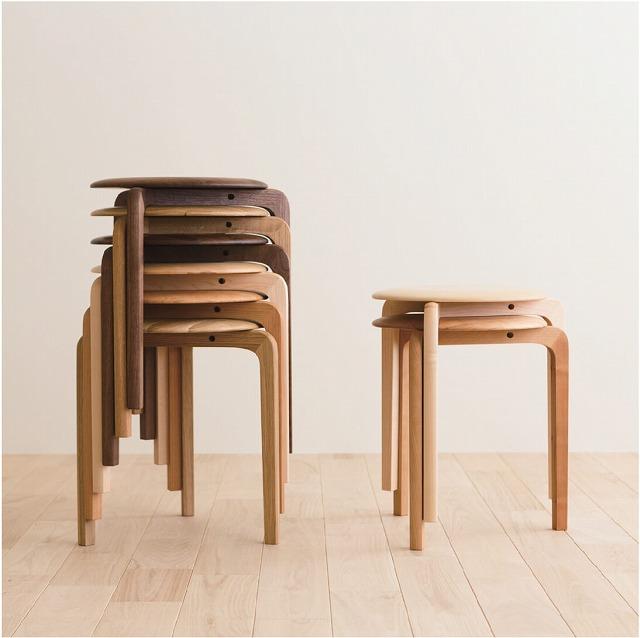 スタッキング出来る無垢板のスツールを新潟市の家具店ボーデコールで展示しています