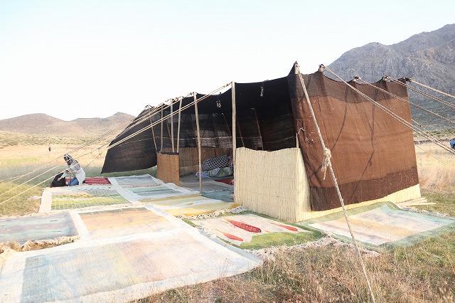 ギャッベを織るカシュガイ族の生活風景