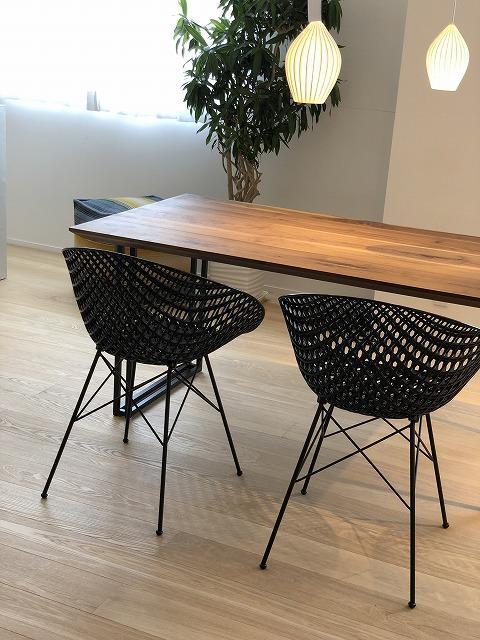ウォールナット材のダイニングテーブルとカルテルのチェアーを新潟市の家具店インテリアショップボー・デコールでは展示しております