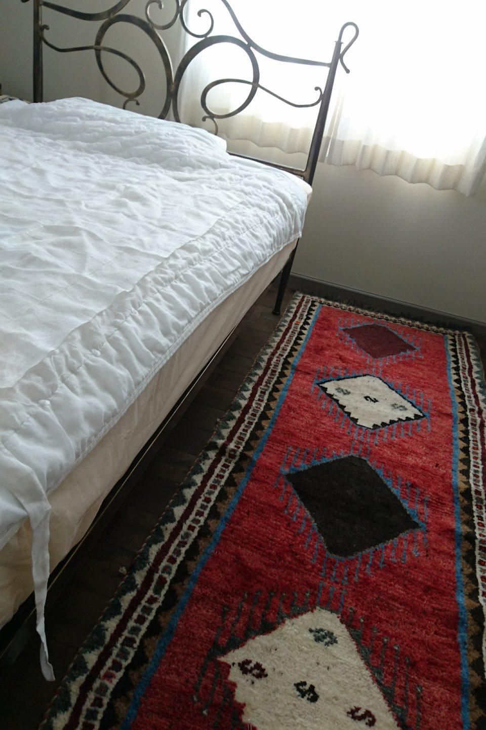 アートギャッベ ベッド横に敷いた様子