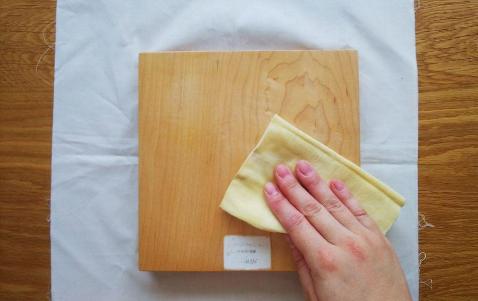 オイルを布につけて塗っていきます