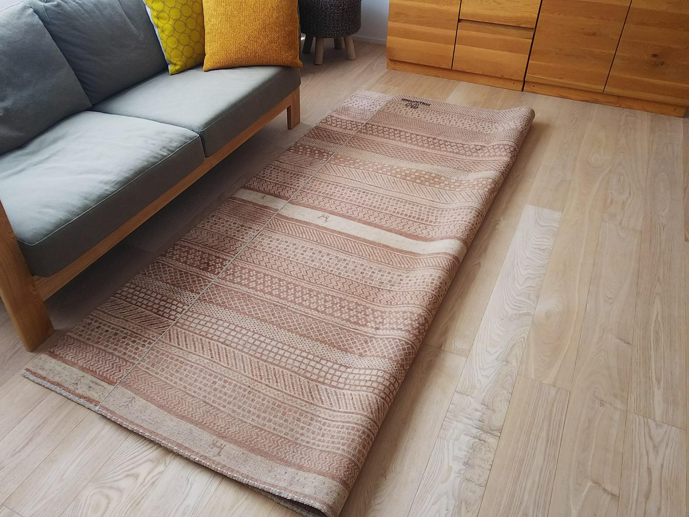 絨毯を敷いたまま半分めくっている様子