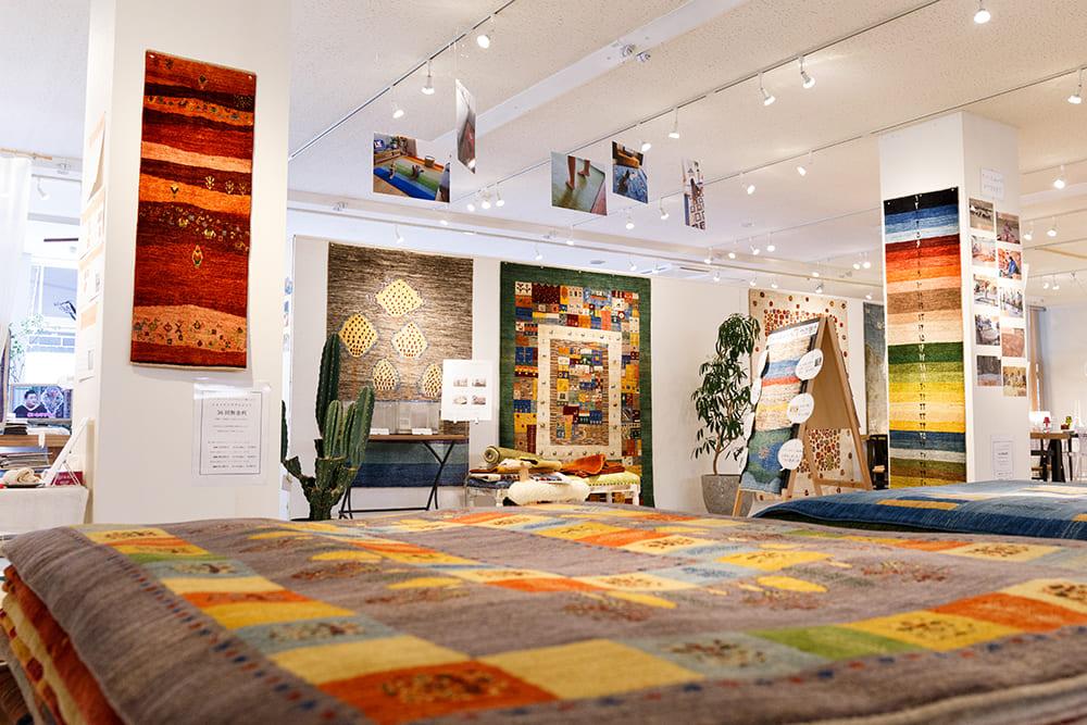 色とりどりの絨毯を展示しております