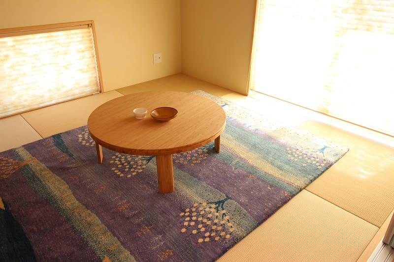 和室に絨毯を敷いて過ごす様子