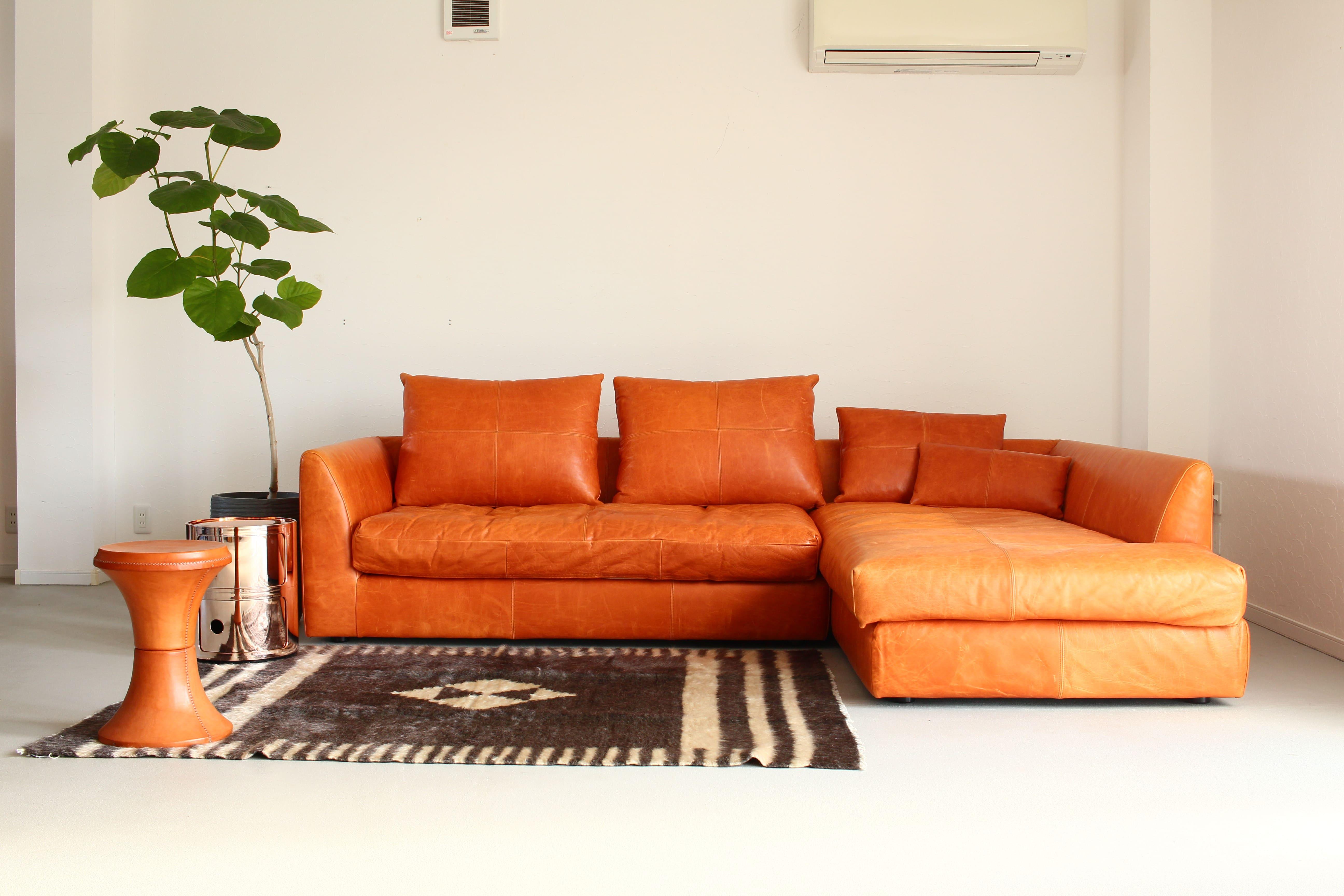 革のソファがあるリビングの様子