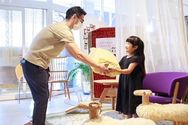新潟市の家具店ボー・デコールでオリジナルランドセル贈呈式を行いました