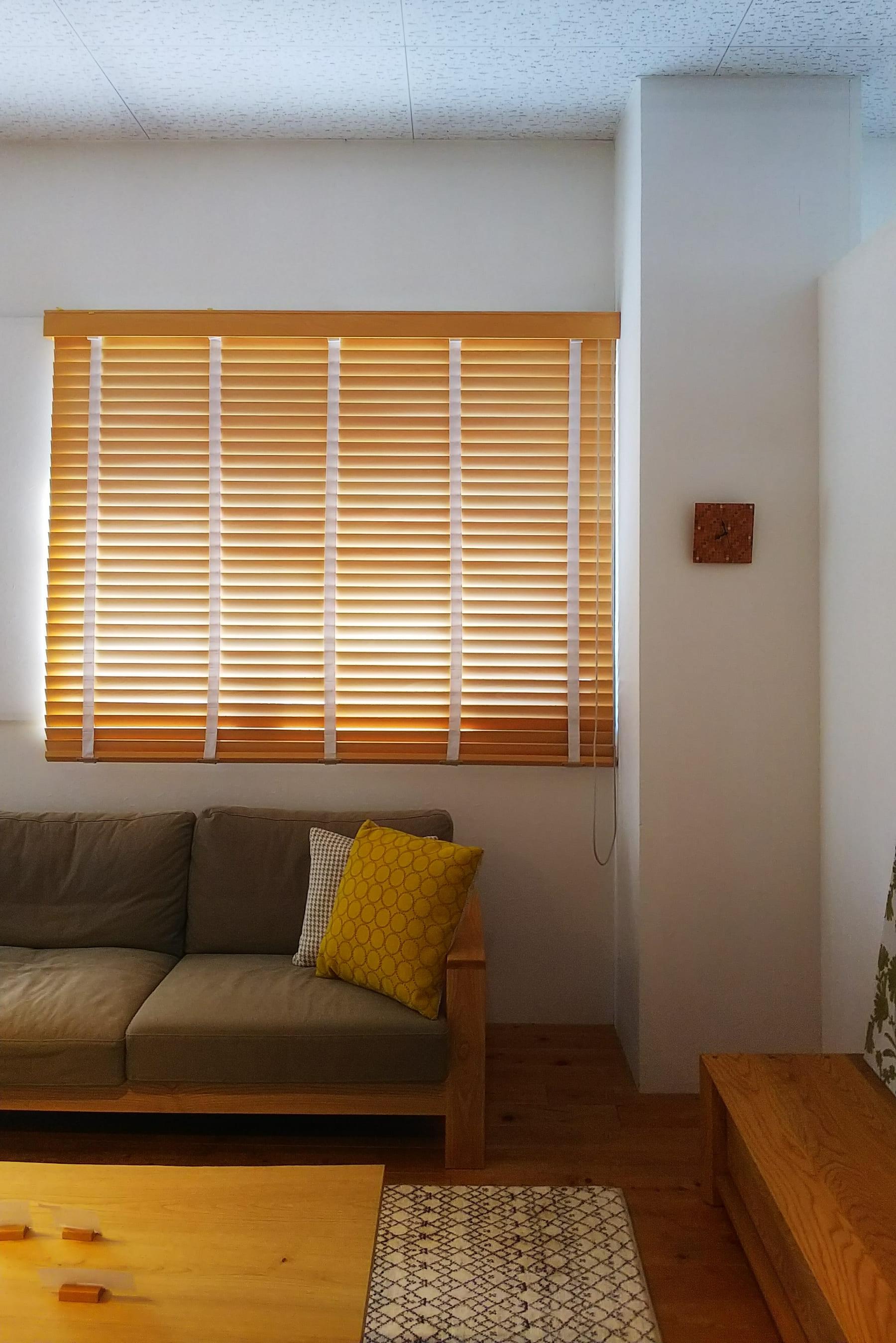 木製ブラインドがついているお部屋の様子