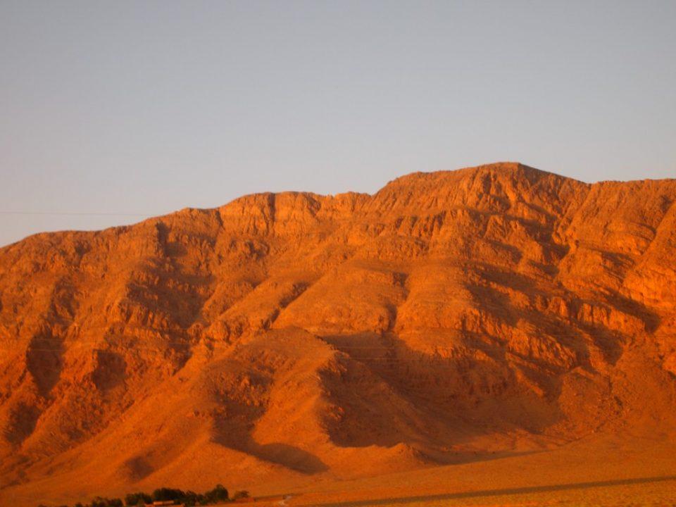 真っ赤な夕日に染まった山脈