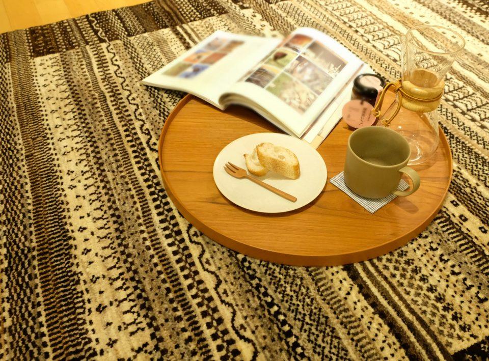 マグカップでコーヒーを飲みながら寛いでいる様子
