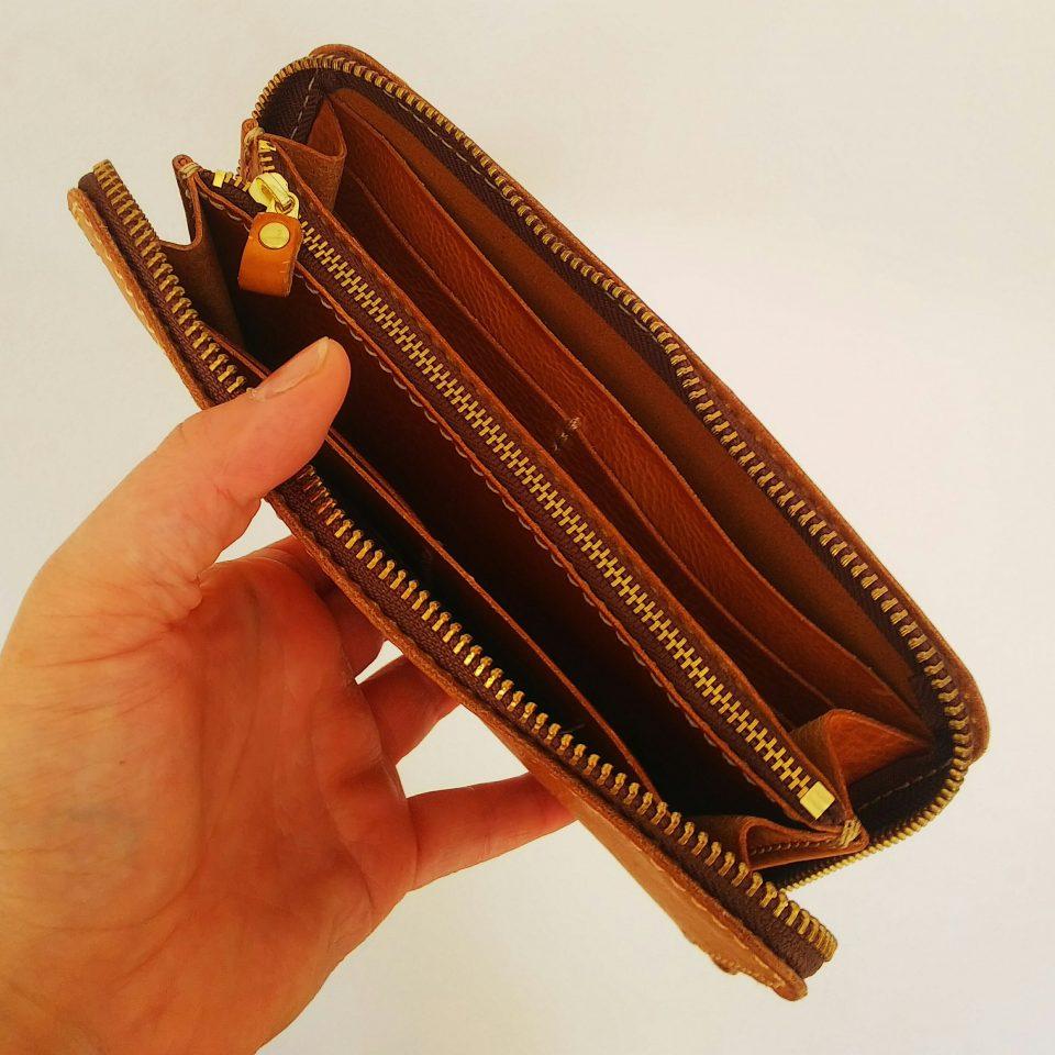 長財布 大きく開き出し入れもしやすいです。