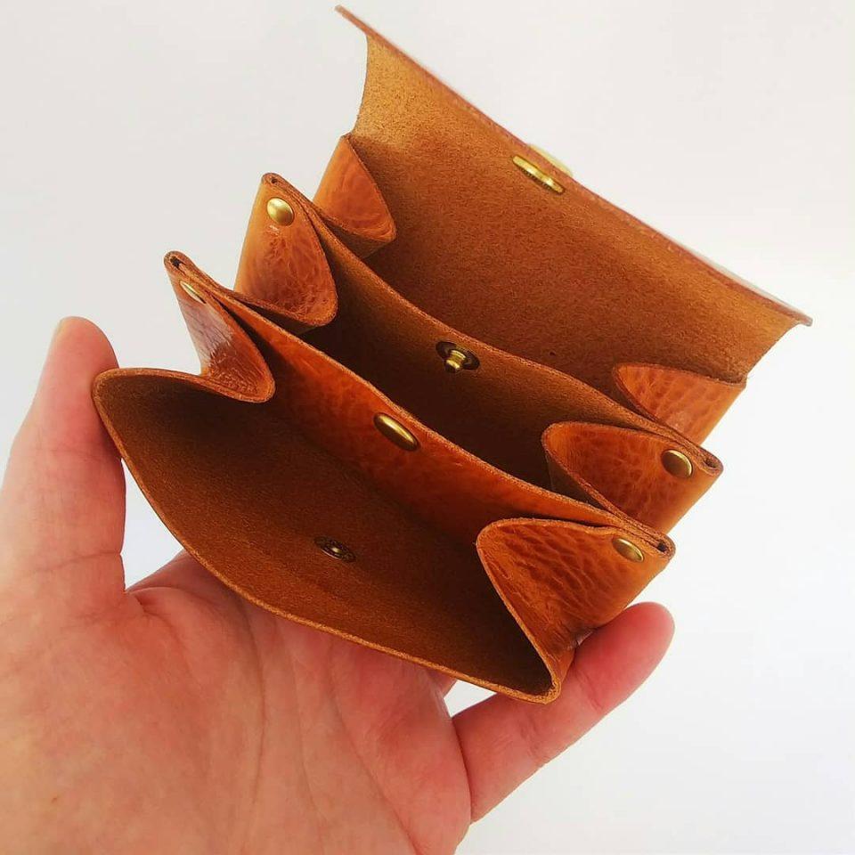 ミニ財布 開けると蛇腹のように開き、3か所収納ができます。