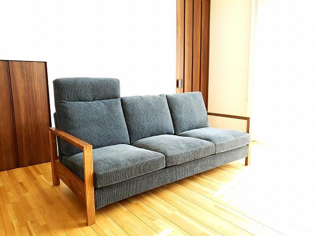 ブルーのコーディロイのソファを新潟の家具店ボー・デコールで展示しております