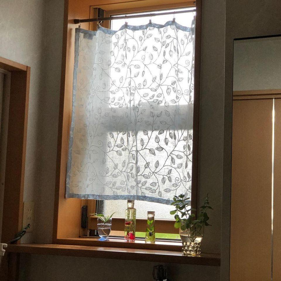 小窓 クリップでとめたカーテン