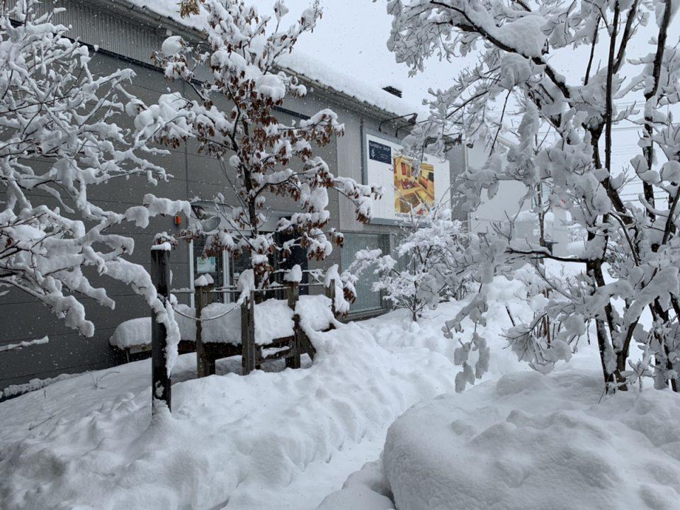 お店の前に雪が積もっている様子