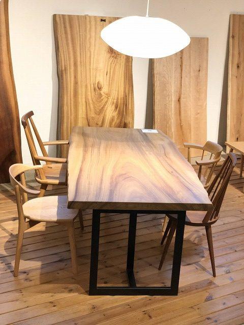 楠の一枚板テーブルにぴったりの無垢材のチェアーです