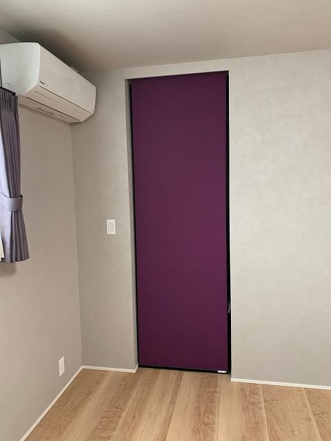寝室のクローゼットの間仕切りにロールスクリーンを取り付けました