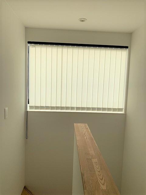 新潟市のご新築のお宅の階段に縦型ブラインドを取り付けました