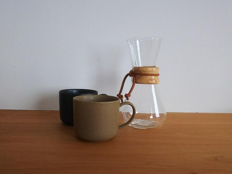 シンプルなマグとコーヒーメーカー