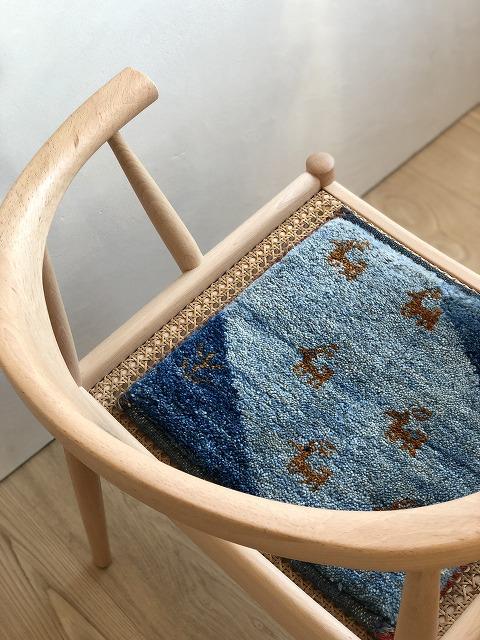 ミニギャッベを敷くにちょうど良い椅子です