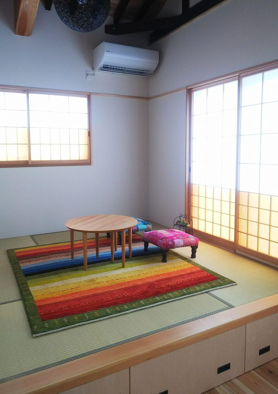 畳の上に虹色のアートギャッベを敷いた様子