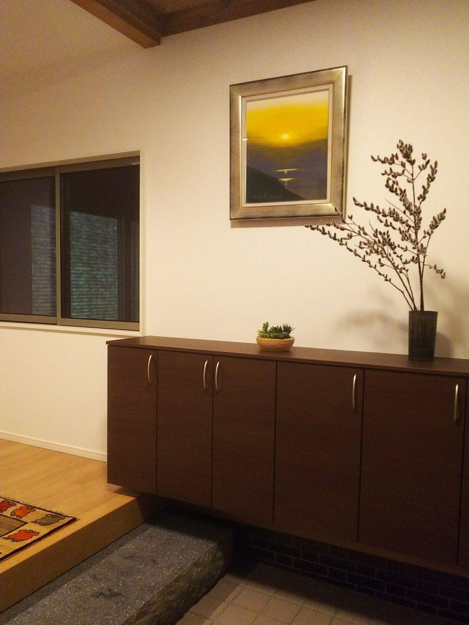 絵画や植物が飾ってあり、落ち着いた空間です。