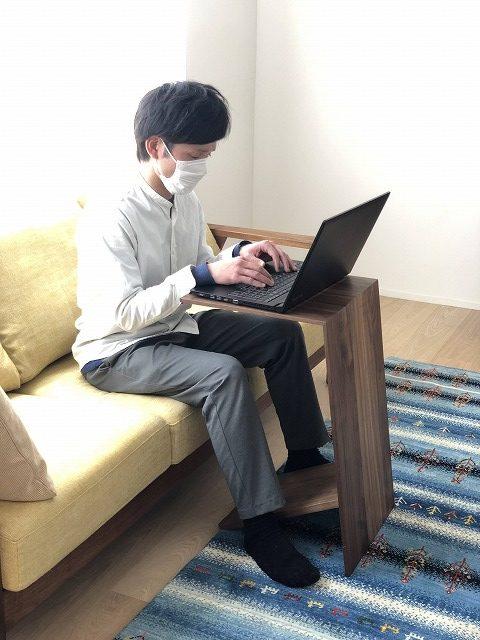 ソファに座りながらパソコンテーブルとして使えます