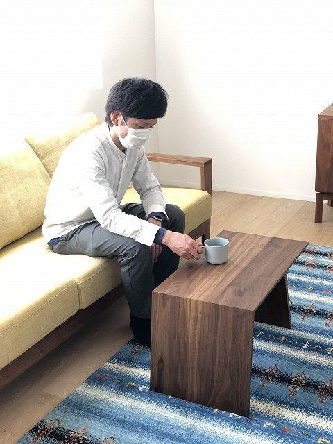 コンパクトなウォールナット無垢材のリビングテーブルです