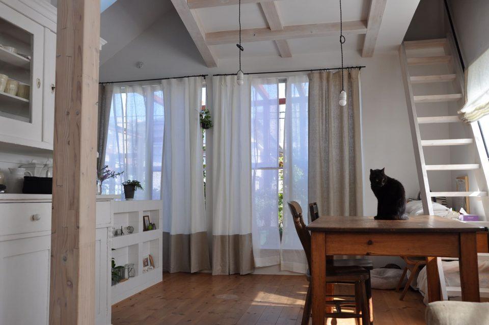 カーテンの裾を違う生地で縫製しているデザイン